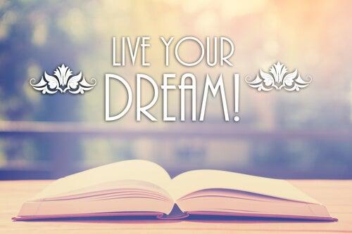 Libro abierto con la frase vive tus sueños