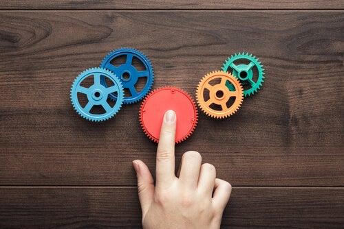 Mano pulsando una rueda de color rojo