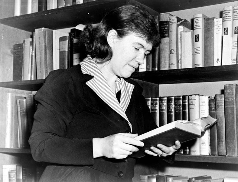 Margaret Mead leyendo un libro