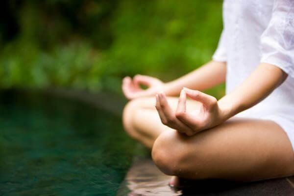 Mujer en posición de meditar