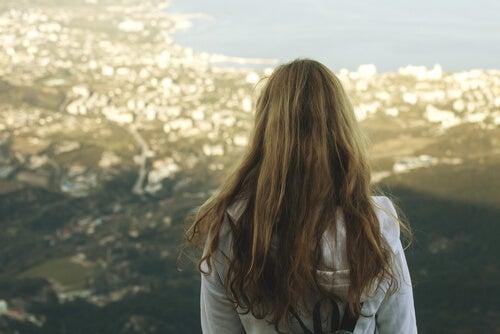Mujer de espaldas mirando un paisaje