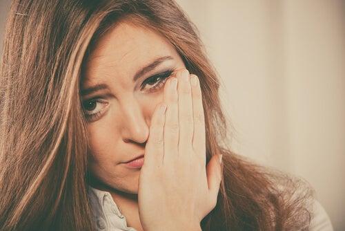 Mujer estresada con la mano en la cara