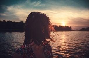 Mujer mirado atrás viendo el mar