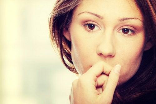 Mujer pensando seria