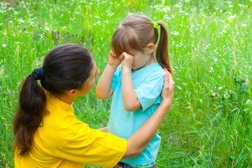 Niño llorando mientras su madre trata de calmarlo