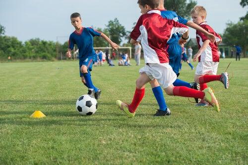 Niños jugando a futbol