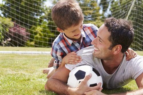 Padre e hijo con balón