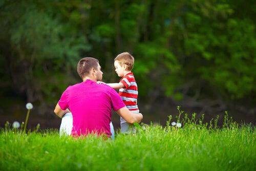 Padre e hijo hablando en el campo