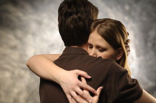 Pareja abrazándose tras discutir