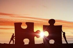 Personas encajando dos piezas de un puzzle