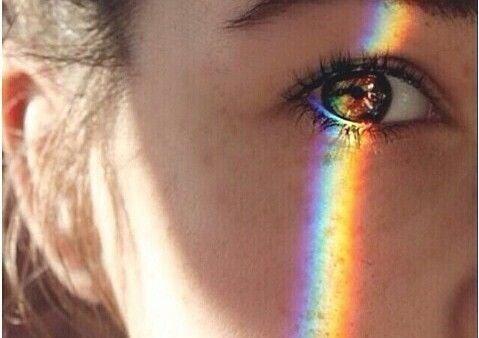 Mirada iluminada por arco iris