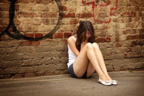Chica llorando mostrando lo que se siente cuando no se puede entender a un adolescente