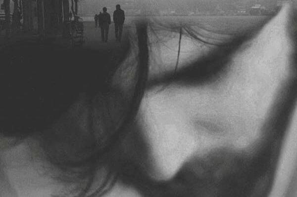 fotografía de un hombre en blanco y negro