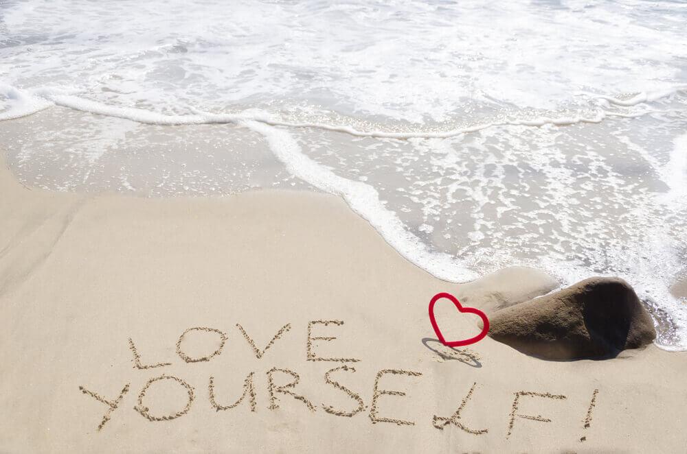 Frase escrita sobre la arena de la playa