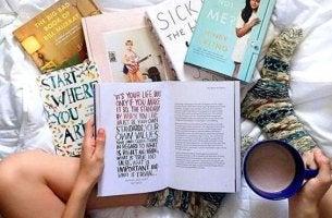 chica leyendo en una cama en desorden