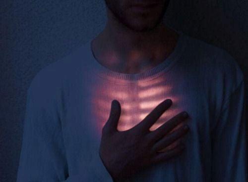 hombre con la mano en el pecho sufriendo el abandono