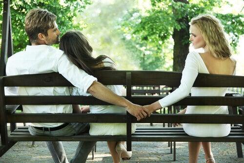 Hombre siendo infiel a su pareja