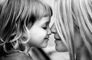 Mujer que no es mala madre sonriendo con su hija