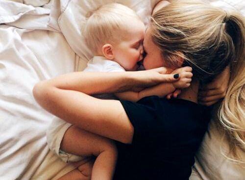 Abrazo representando la unión madres e hijas