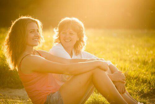 Madre riendo al negociar con tu hijo adolescente