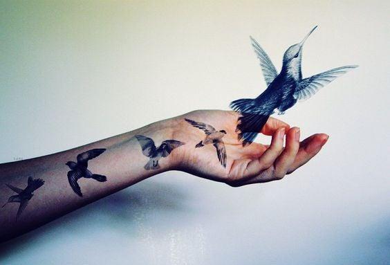 Mano con colibrí