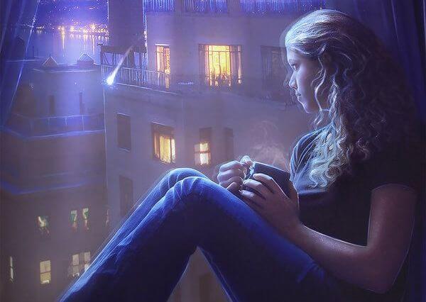 chica ante una ventana