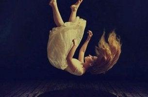 Mujer cayendo al vacío