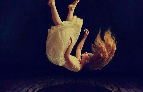 mujer cayendo representando cuando fracasas