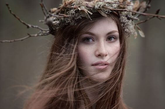 mujer con corona de flores en la cabeza