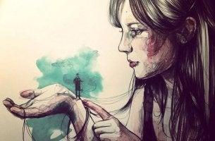 mujer con hombre diminuto en la mano que espera que actúen