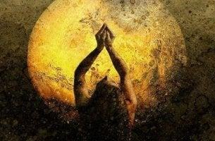 mujer ensalzando la luna y la intuición