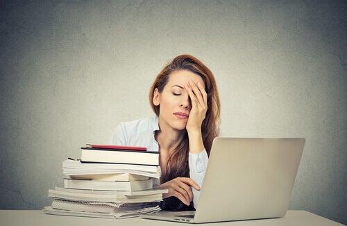 Mujer con sueño en el trabajo