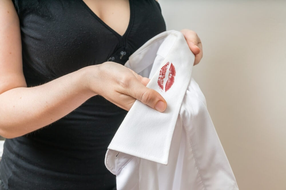 Mujer descubriendo infidelidad