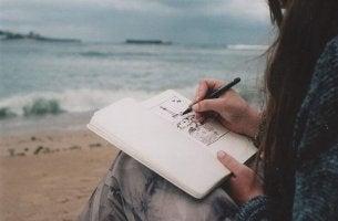 Mujer dibujando con creatividad
