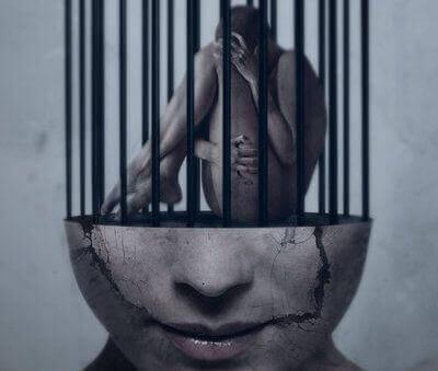 Rostro de mujer encarcelado por falta de aprobación