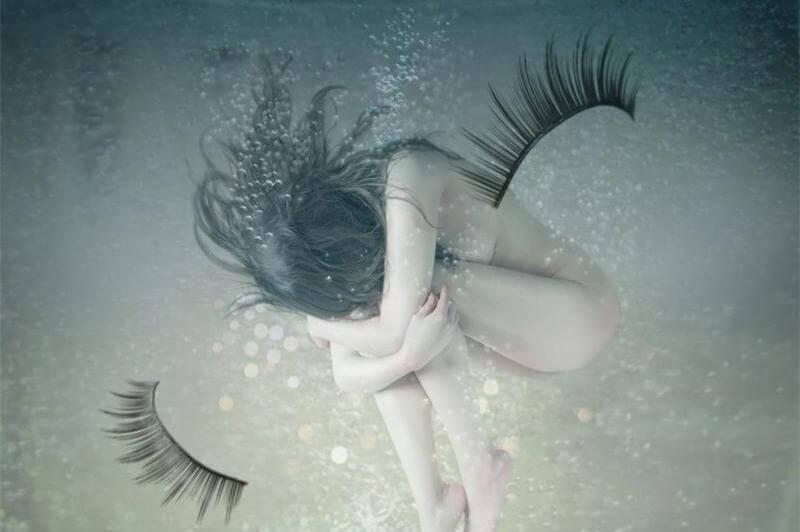 mujer desnuda debajo del agua