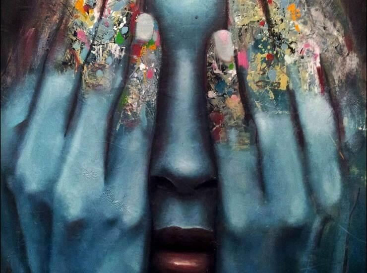 Mujer tapándose los ojos simbolizando cuando no sientes nada durante tu depresión