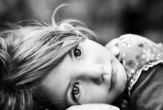 imagen niña en blanco y negro sufriendo el abandono