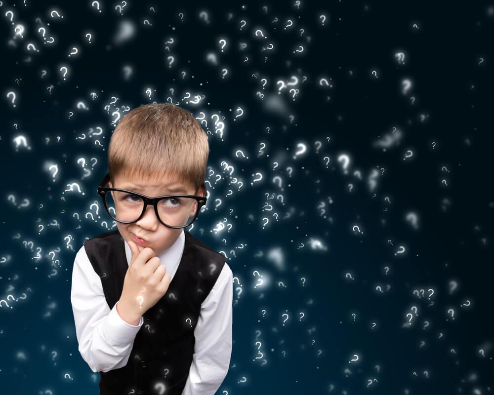 Niño con gafas pensando