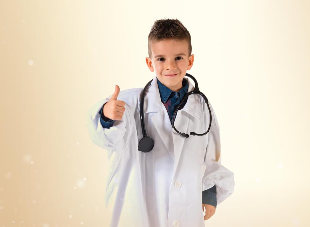 Niño vestido de médico