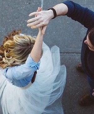 Pareja disfrutando del acto de bailar y de los beneficios psicológicos del baile