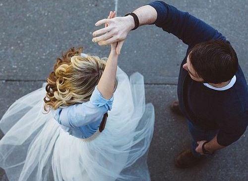 Pareja disfrutando del acto de bailar