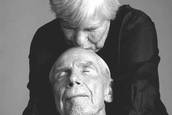 pareja mayor con arrugas beso