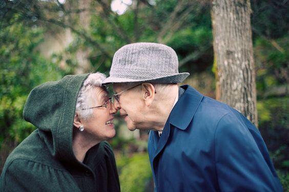 pareja mayor en actitud cariñosa