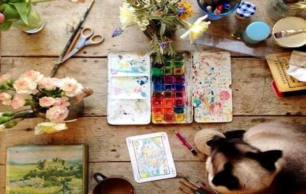 pinturas ,gato y flores representando la creatividad
