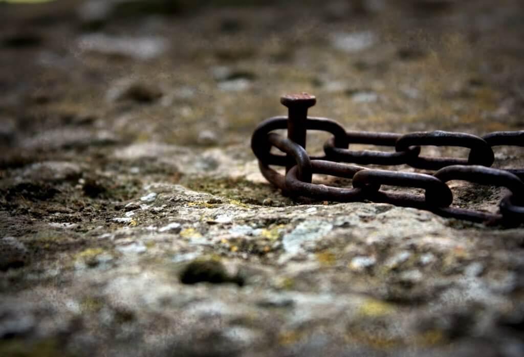 Clavo con cadenas