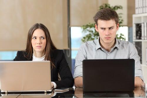 Dos personas mirándose de reojo