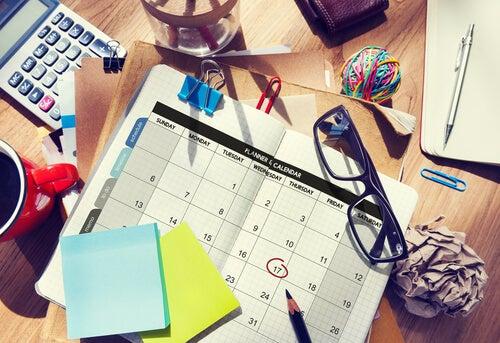 Escritorio con agenda, gafas y notas