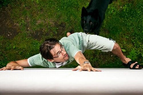 Hombre con miedo a un perro