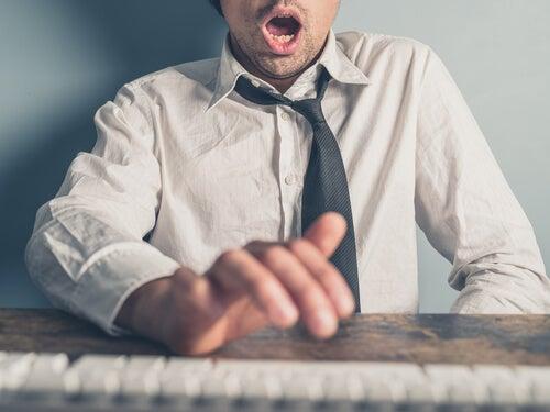 Hombre masturbándose en la oficina
